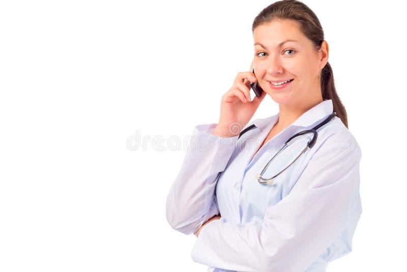 Medico sorridente che parla sul telefono fotografia stock libera da diritti