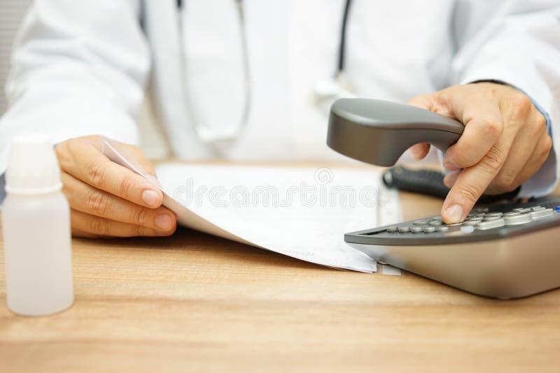 Medico sta chiamando il paziente dopo che leggendo diagnostichi fotografia stock libera da diritti