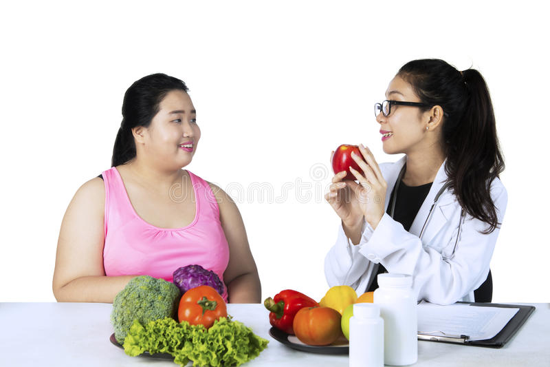 Medico suggerisce il paziente per mangiare gli alimenti sani immagine stock libera da diritti