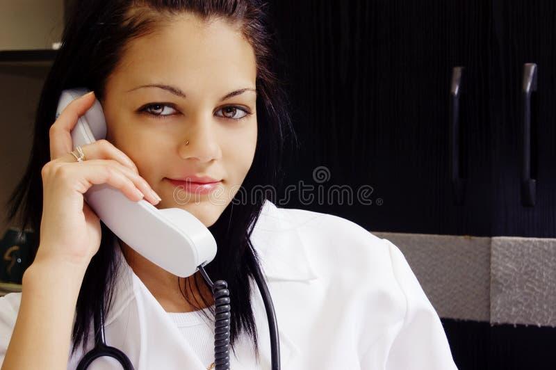 Medico sul telefono fotografie stock libere da diritti