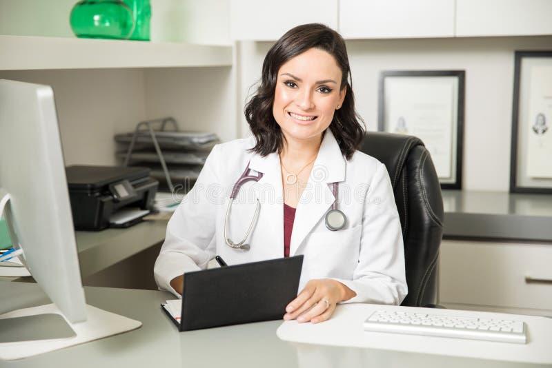 Medico sveglio che prescrive una certa medicina fotografia stock