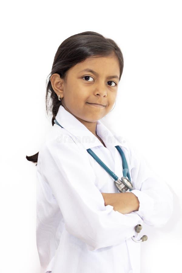 Medico sveglio della bambina con l'uniforme immagine stock