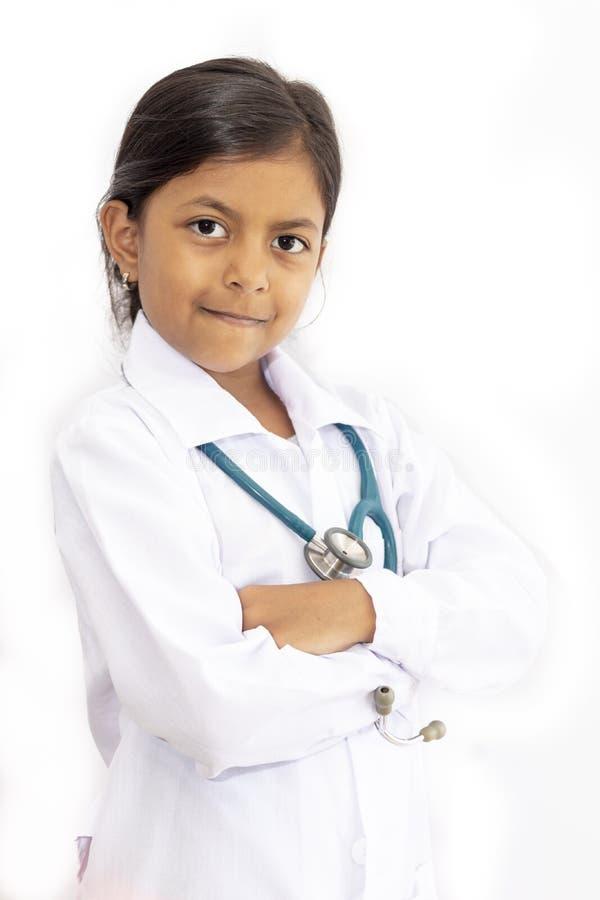 Medico sveglio della bambina con l'uniforme fotografia stock