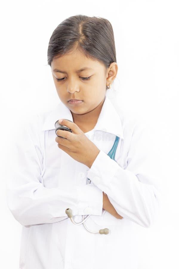 Medico sveglio della bambina con l'uniforme fotografia stock libera da diritti