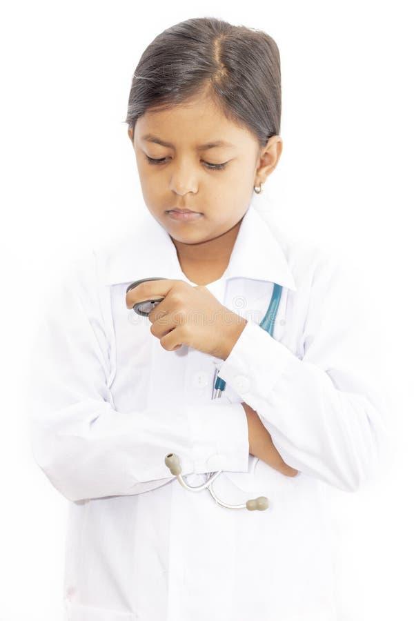 Medico sveglio della bambina con l'uniforme fotografie stock