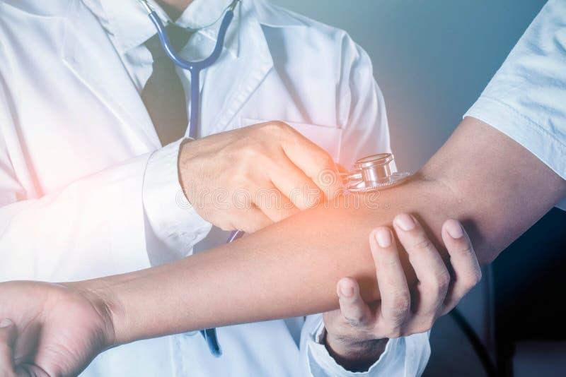 Medico utilizza uno strumento di misura sul braccio fotografie stock libere da diritti