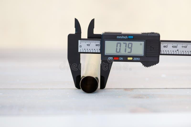 Medida con un calibrador digital imágenes de archivo libres de regalías