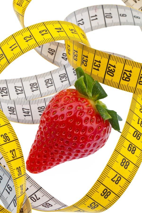 Medida da morango e de fita para uma dieta bem sucedida fotos de stock