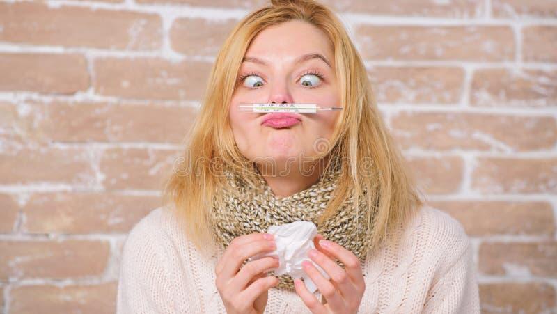 Medida da temperatura Remédios da febre da ruptura Conceito de alta temperatura   A mulher sente mal doente fotografia de stock