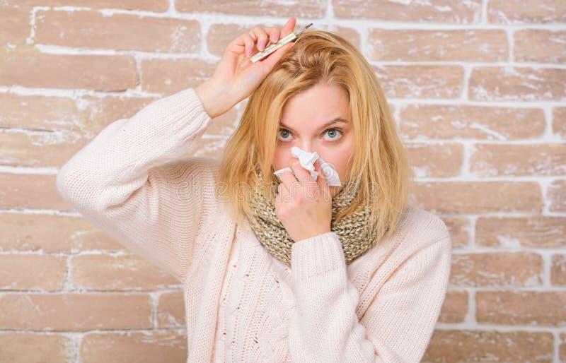 Medida da temperatura Rem?dios da febre da ruptura Conceito de alta temperatura A mulher sente mal doente   fotos de stock