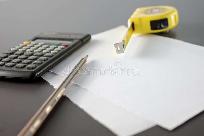 Medida de fita do lápis e do medidor da calculadora imagens de stock royalty free