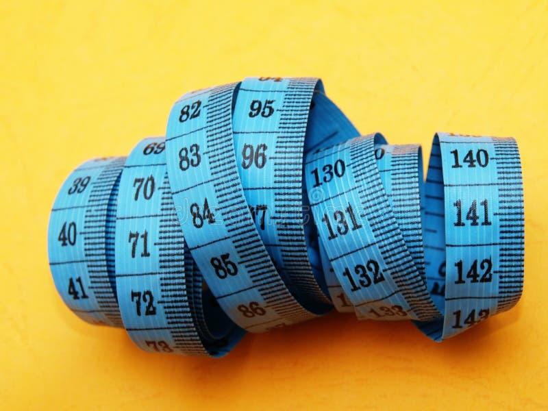 Medida de fita plástica métrica do alfaiate fotografia de stock royalty free