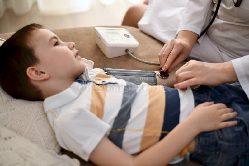 Medida de la presión arterial en un niño imágenes de archivo libres de regalías