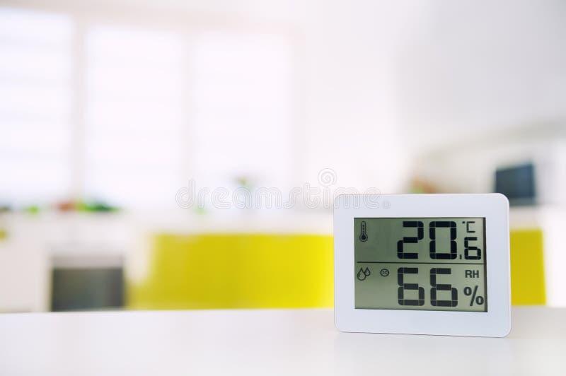 Medida de la temperatura y de la humedad en el cuarto imagenes de archivo