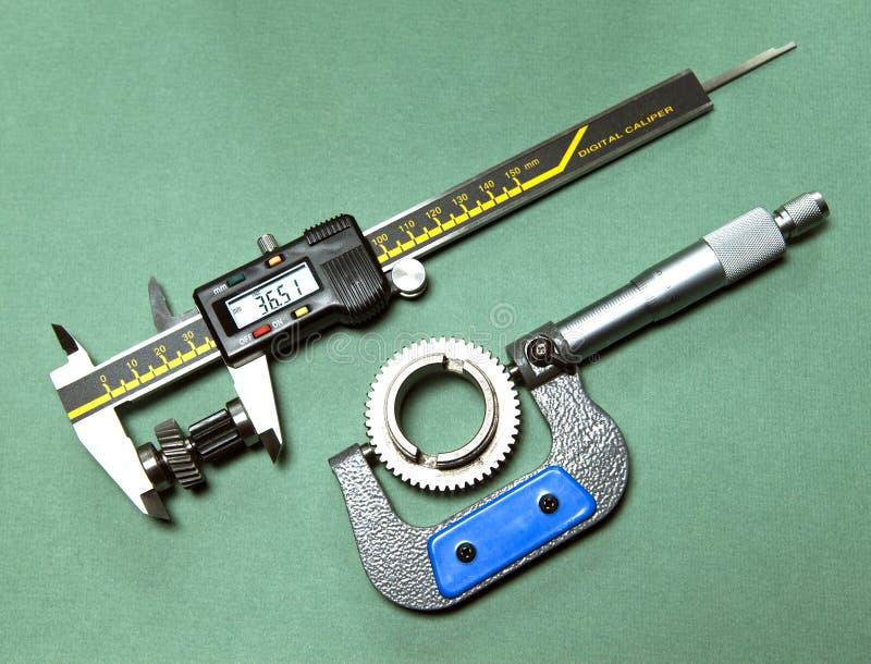 Medida de los detalles por un calibrador digital y un micrómetro mecánico imagen de archivo