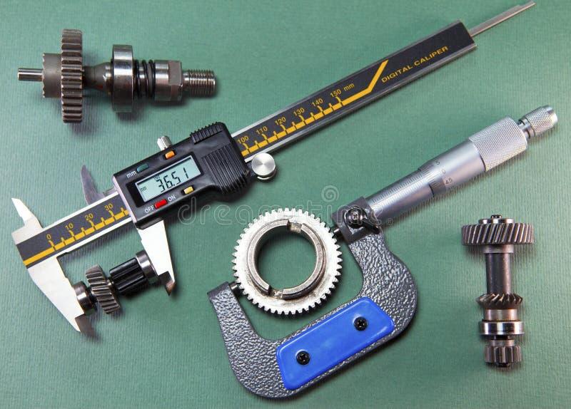 Medida de los detalles por un calibrador digital y un micrómetro mecánico foto de archivo