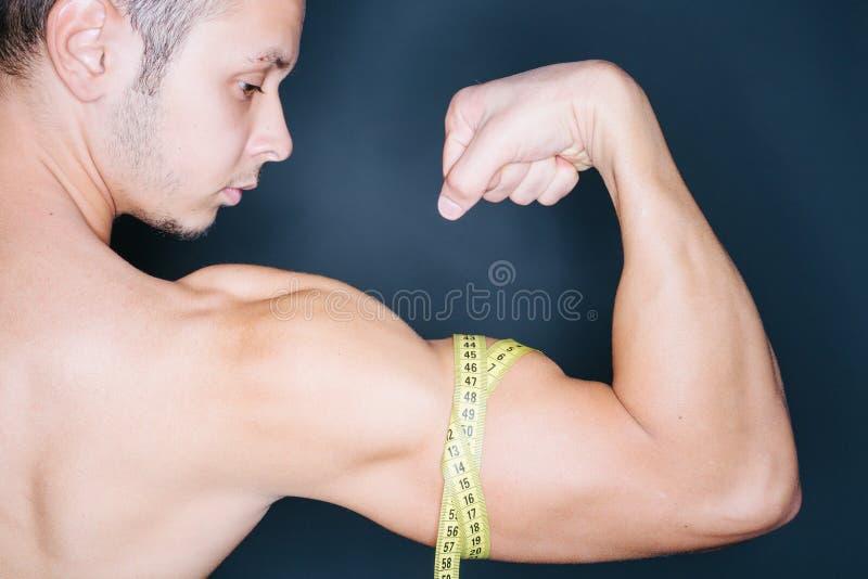 Medida del bíceps fotos de archivo