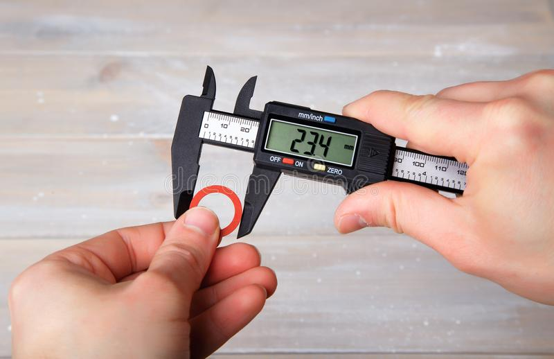 Medida del diámetro con el calibrador digital fotografía de archivo