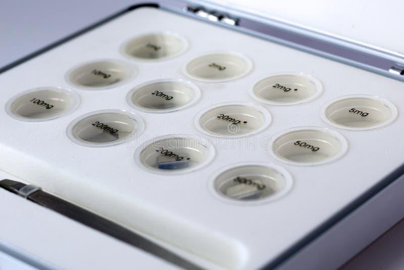 Medidas metrológicas que conducen Fije de pesos para medir el peso fotos de archivo