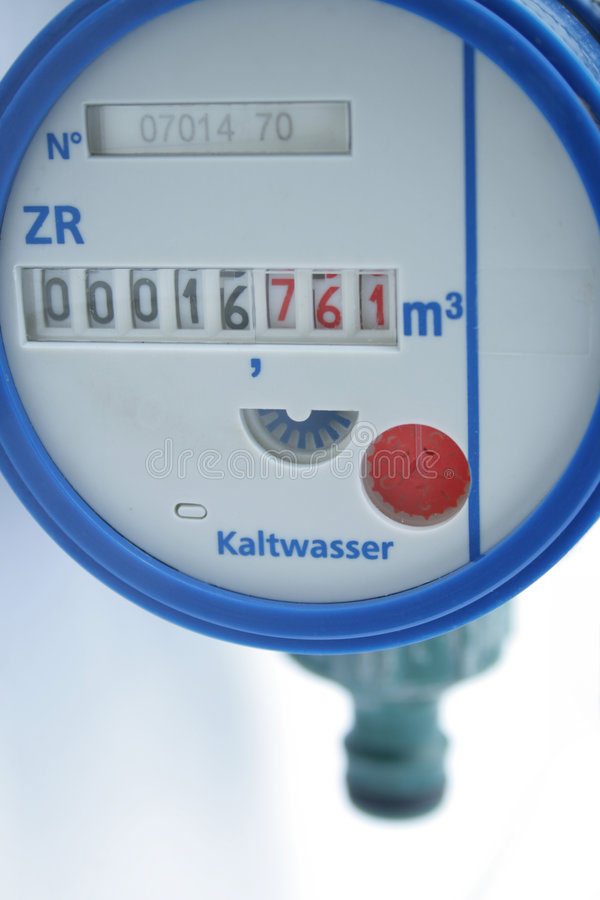 Medidor azul do volume de água no close-up imagem de stock royalty free