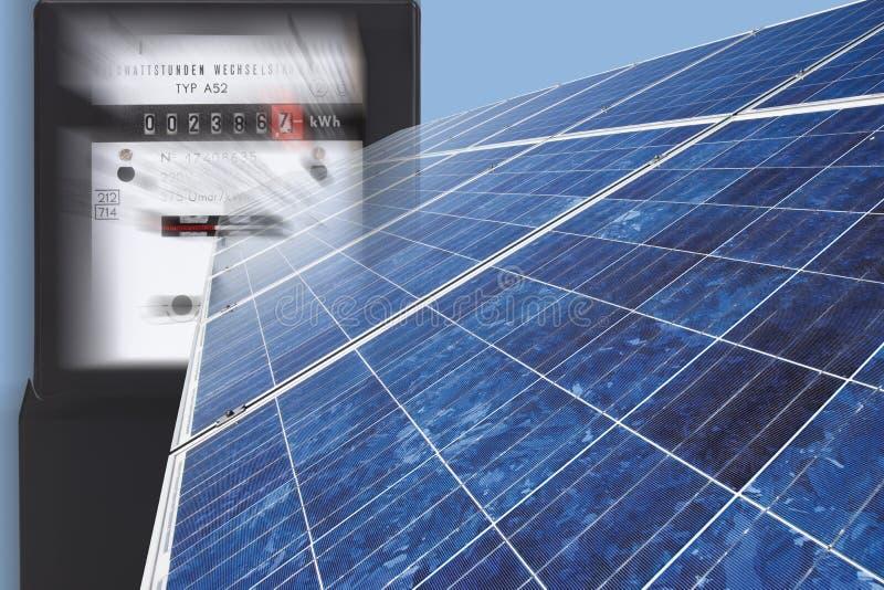 Medidor bonde com o painel solar contra o fundo azul, fim acima fotos de stock royalty free
