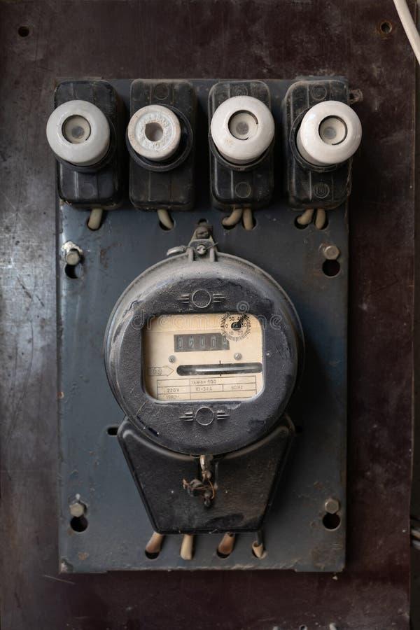 Medidor da energia elétrica do agregado familiar do vintage com fusíveis elétricos foto de stock royalty free