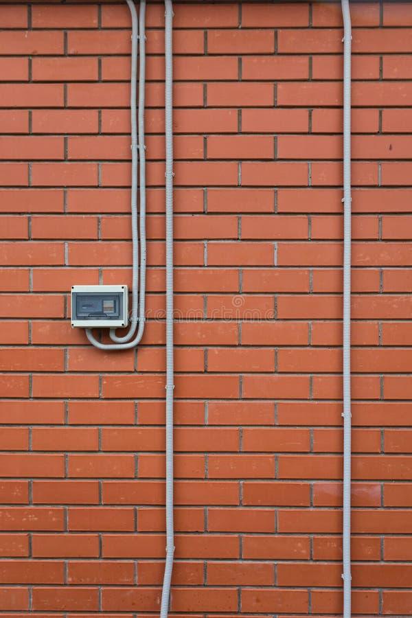 Medidor da energia elétrica na parede de tijolo imagens de stock