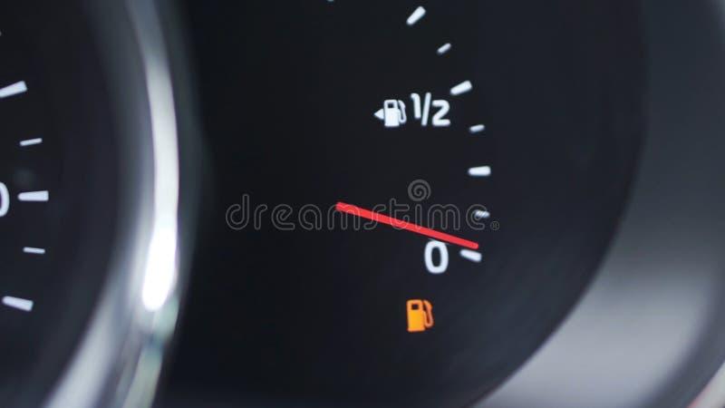 Medidor da gasolina da placa do traço do carro do close-up, calibre de combustível, com gasolina completa excedente no carro gram imagem de stock royalty free