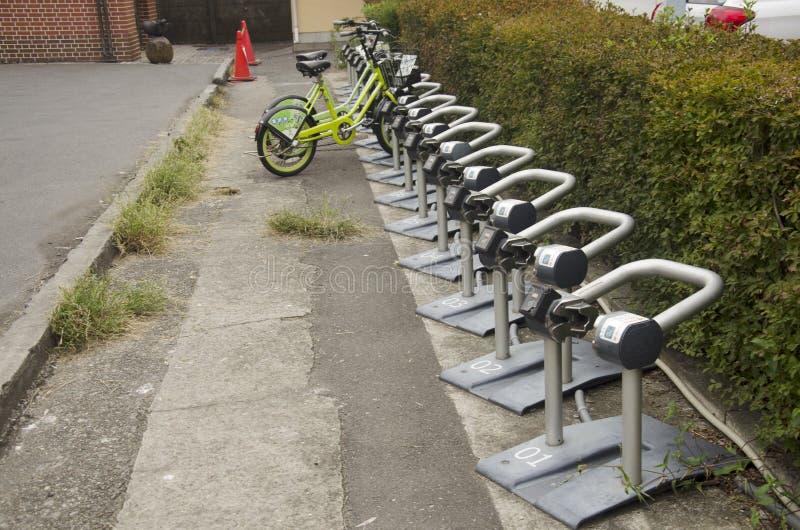 Medidor da máquina de venda automática do estacionamento da bicicleta para o uso dos povos em Kawag foto de stock