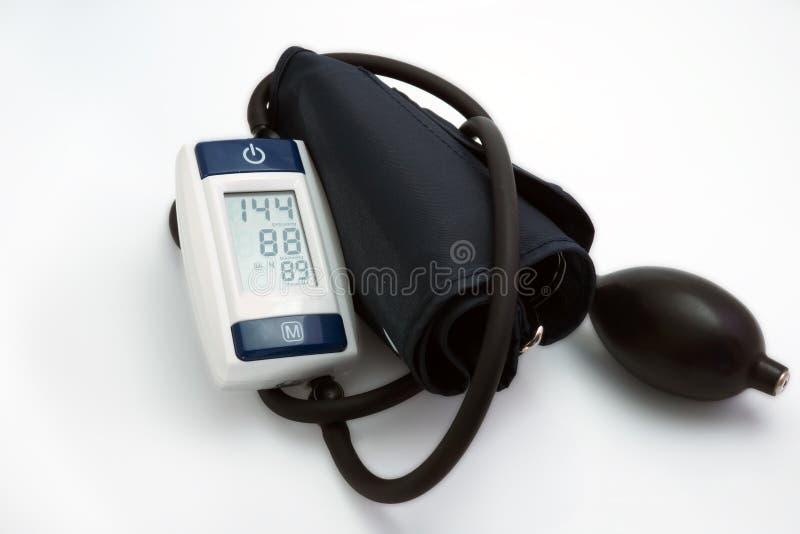 Medidor da pressão sanguínea médico no fundo branco imagem de stock royalty free