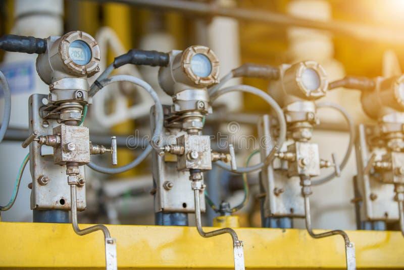Medidor de temperatura analógico para a temperatura de descarga de leitura do compressor na plataforma remota offshore de óleo e  foto de stock