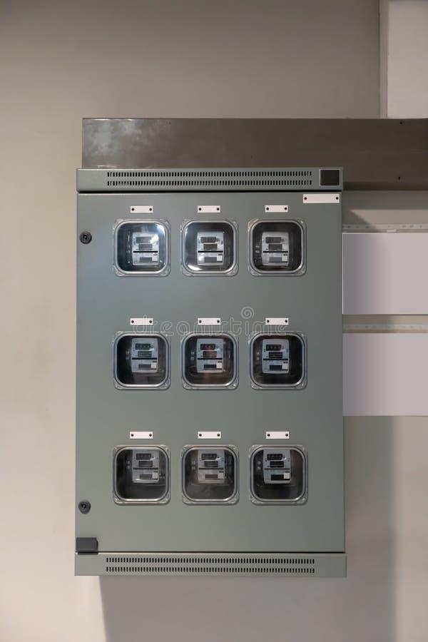 Medidor elétrico análogo residencial típico com consumo de agregado familiar transparente da exibição da capa de plástico em hora fotografia de stock royalty free