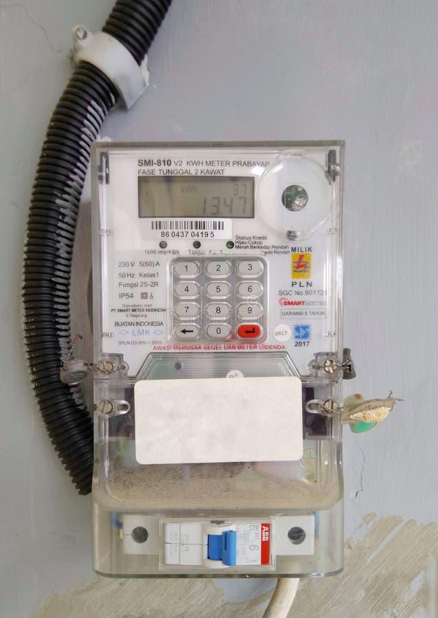 Medidor elétrico de hora de quilowatt em casa imagens de stock
