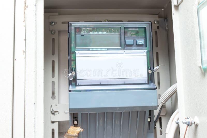 Medidor eletrônico da eletricidade no protetor elétrico do apartamento fotografia de stock royalty free