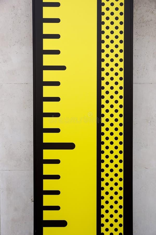 Medidor na parede do cartão para medir a altura fotografia de stock