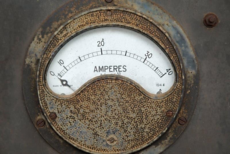 Medidor oxidado velho do ampère imagem de stock royalty free
