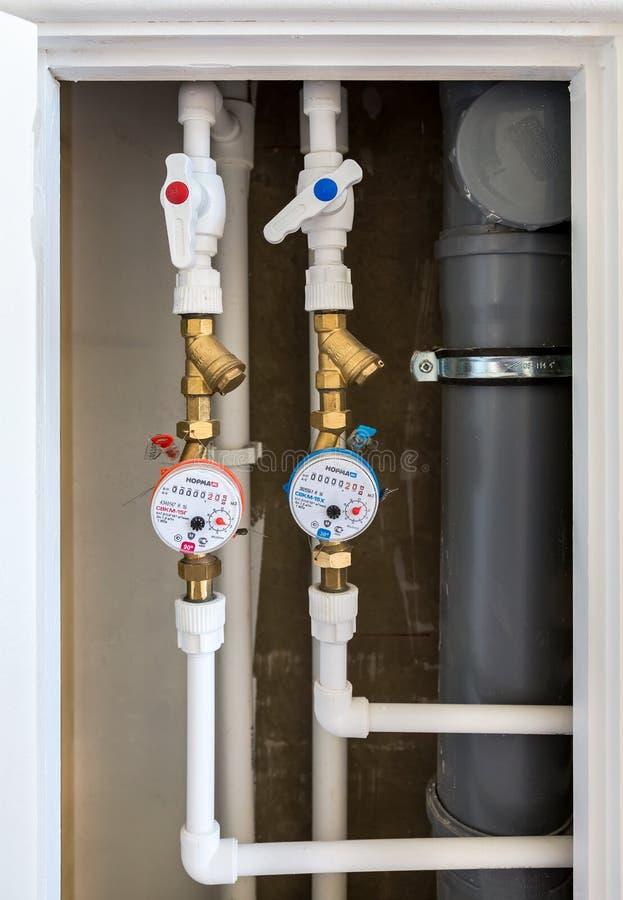 Medidores de água Contadores da água quente e fria imagens de stock