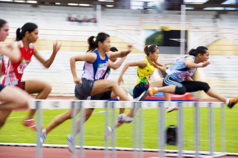 Medidores de ação dos obstáculos das mulheres 100 (borrada) foto de stock royalty free