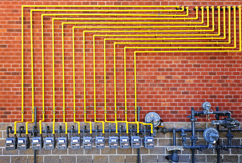 Medidores de gás na parede de tijolo imagens de stock royalty free