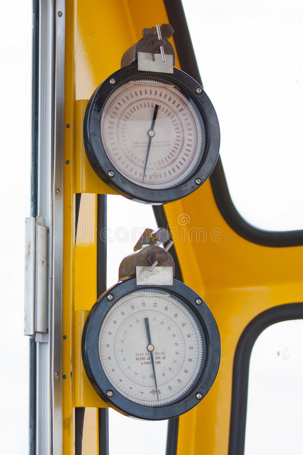 Medidores ou calibre na cabine do guindaste para a medida de carga máxima, velocidade de motor, pressão hidráulica, temperatura e foto de stock