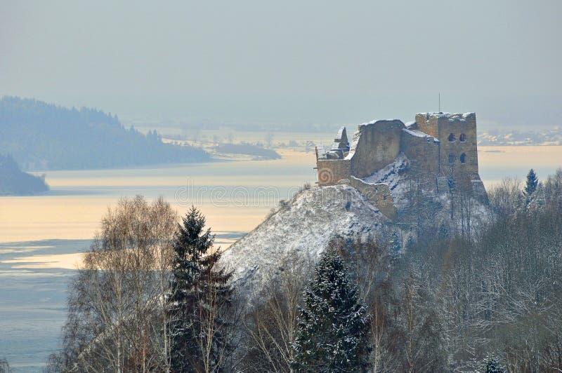 Medieaval slott i Czorsztyn i Polen i vintertid arkivfoton