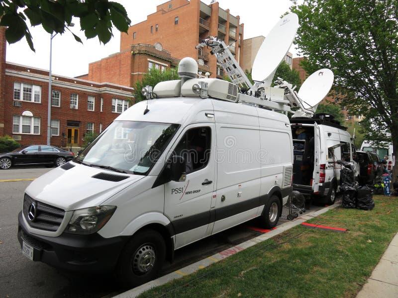Medien-Packwagen in der nationalen Kathedrale stockfotografie