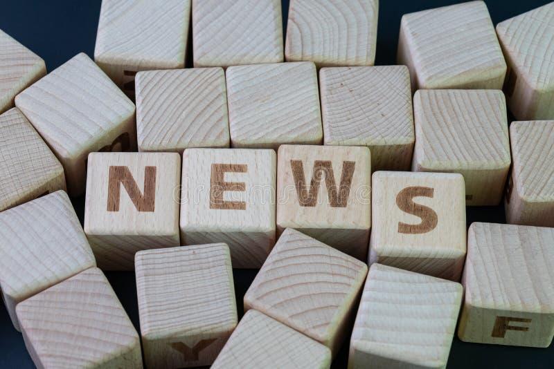 Medien, Social Media drücken und Nachrichtenkonzept, Würfelholzklotz mit Alphabet, die Wort Nachrichten auf schwarzem Tafelhinter stockfoto