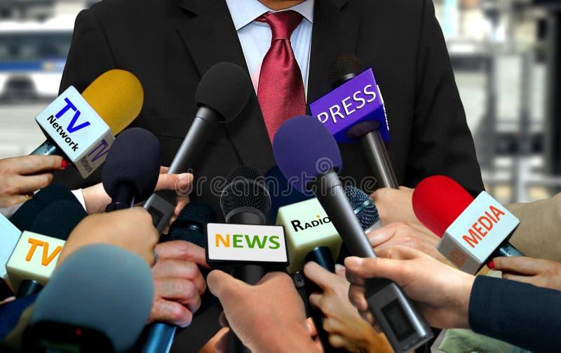 Medien und Pressemikrophone mit Gruppe Journalisten, die Promi umgeben lizenzfreies stockbild