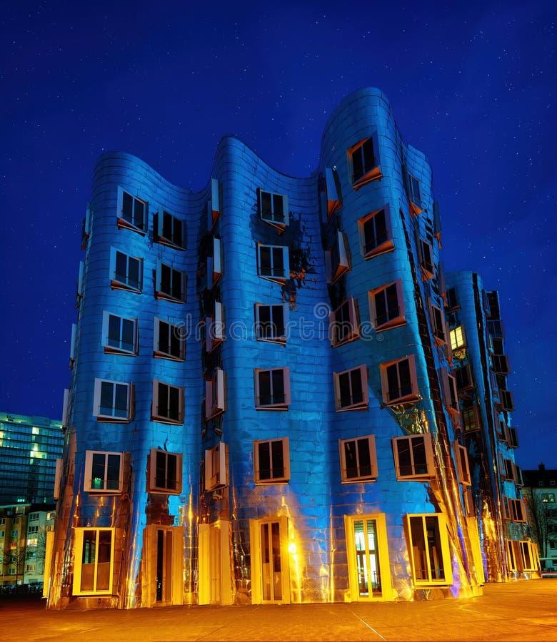 Medienhafen Dusseldorf på natten, Tyskland royaltyfria foton