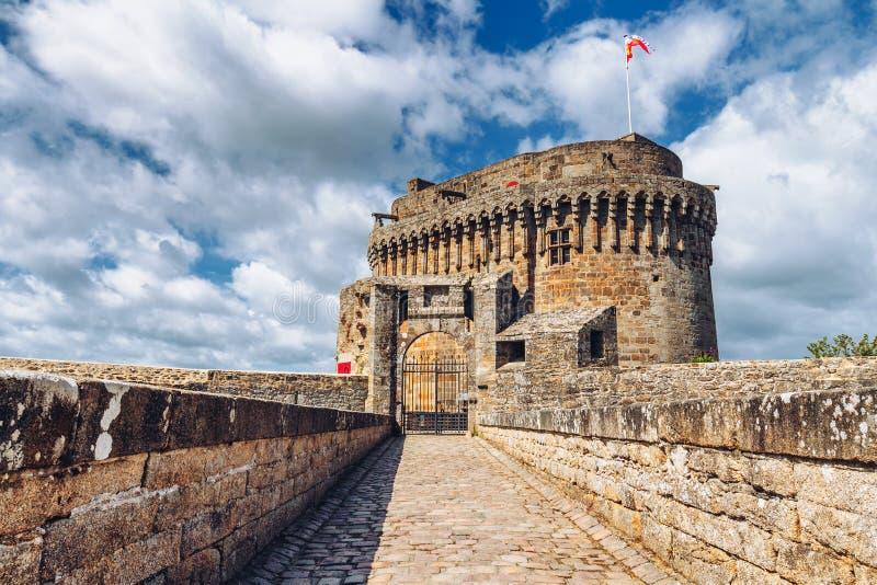 Medieval Chateau de Dinan Castle de Dinan Dinan är en välkänd bretonska stad och en kommun i Brittany Bretagne, Frankrike royaltyfria bilder