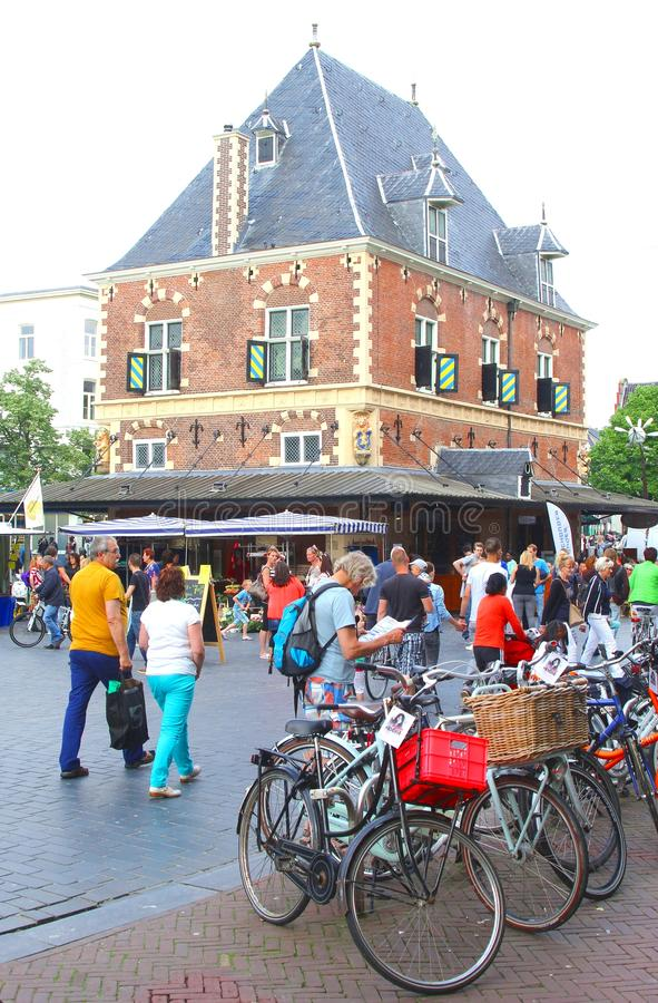 Medieval pese a casa (Waag) em Leeuwarden, Friesland imagens de stock royalty free