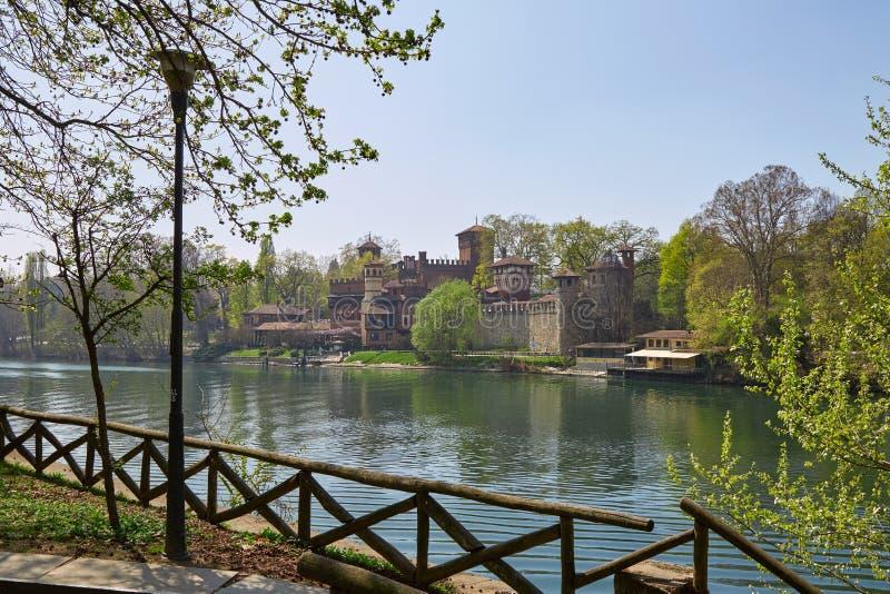 Medievale de Borgo, vila medieval e castelo com o Rio Pó em um dia ensolarado, Turin, Itália foto de stock