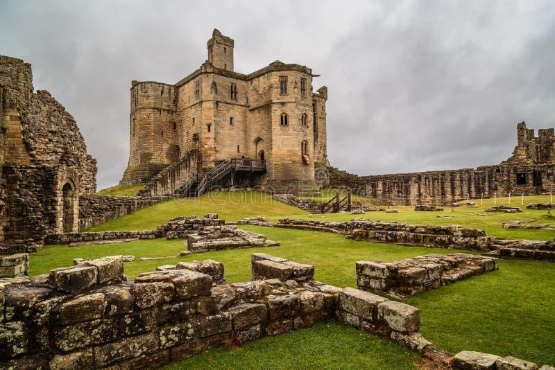 Medievel fördärvar den Warkworth slotten av Northumberland arkivbild