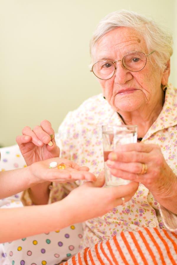 Medikationen für eine alte Frau stockfotografie